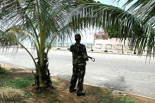 自動小銃を手にしているのは警察官。「テロの警戒にあたっている」と答えた。(場所:スリランカ中央銀行傍~コロンボ~)