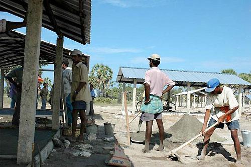 UNHCRによる仮設住宅建設作業は急ピッチ