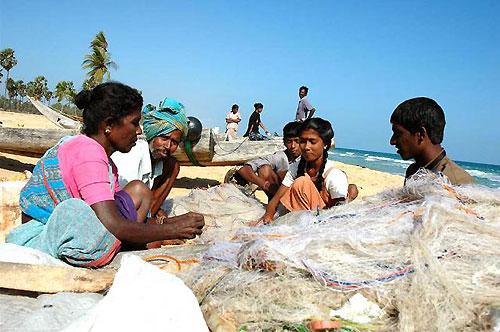 魚網を整える漁師の家族