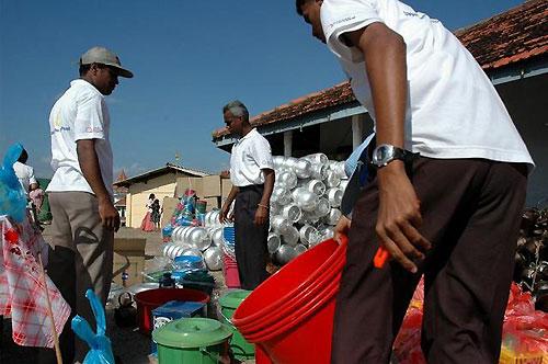 サムグラガーマ村避難所に届いた「日本紛争予防センター」からの救援物資