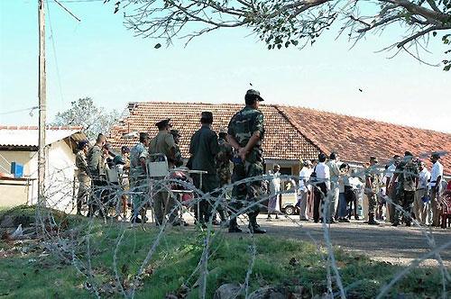 サムグラマーガ村避難所を警備する政府軍兵士