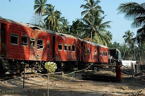 海岸沿いを走っていた列車は津波で内陸部へ流され、乗客約1500人が死亡した。1カ月ぶりに波を受けた当時の場所に戻された