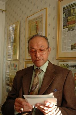 故国の写真を見つめるマリク・ムハマド議長(ストックホルムのアチェ亡命政府本部で。撮影:筆者)