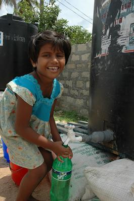 救援機関のタンクから水を汲む子供。津波直後の光景ではない。先月撮ったばかりの写真だ。ある主婦は「飲料水が足りない」と嘆いていた(ポイント・ペドロで。撮影:筆者)