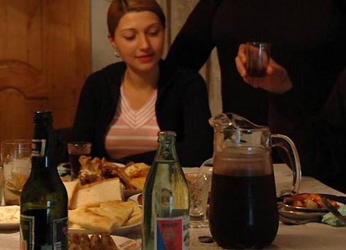 民宿でも自家製ワインが食卓を彩る。右手前のピッチャー(写真:筆者撮影)