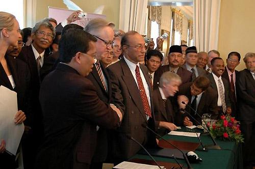 和平調印式・05年8月。アチェ亡命政府マリク議長(握手する3人のなかで右側)の顔は険しかった(フィンランド政府庁舎で。撮影:筆者)