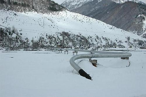 ロシアから延びる天然ガスパイプライン(グルジアで、筆者撮影)