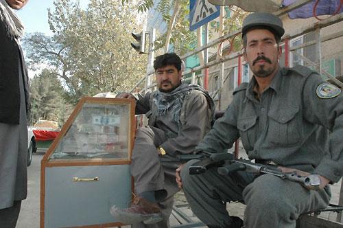 両替所を警護する警察官。ガードマンではない(カブール市内)