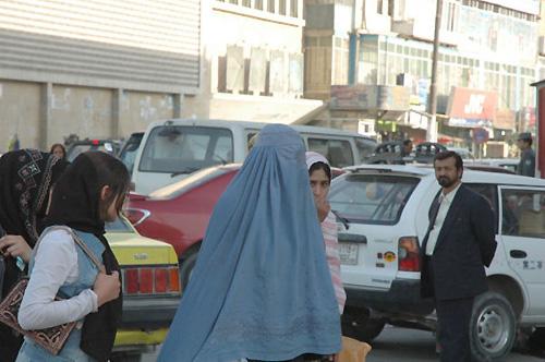 カメラを向けると少女は心配そうな目をした(カブール市内。撮影:いずれも筆者)
