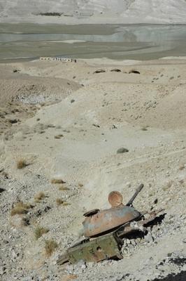 街道沿いには戦車の残骸が数多く横たわる。