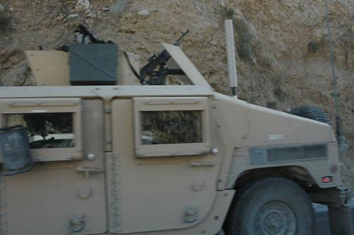 街道を我がもの顔で走る米軍戦闘用車両。