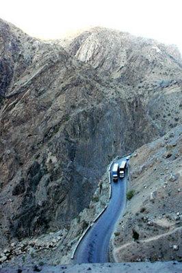 峠道。下の道にはさらに下の道がある。つづら折れだ(撮影:筆者)