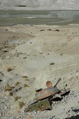 砂漠に残骸を晒すタリバンの戦車(ジャララバード街道で。撮影:筆者)