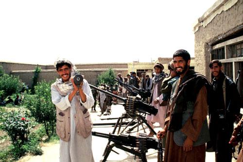 異教徒の侵略に怒るムジャヒディ-ン。(2002年撮影)