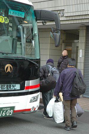 新たな宿泊先に向けてバスに乗る労働者(中央区十思スクウェア)