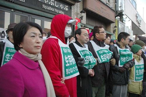 社民党の福島瑞穂党首もピケに加わった(左端=いずれも京品ホテル前で筆者撮影)