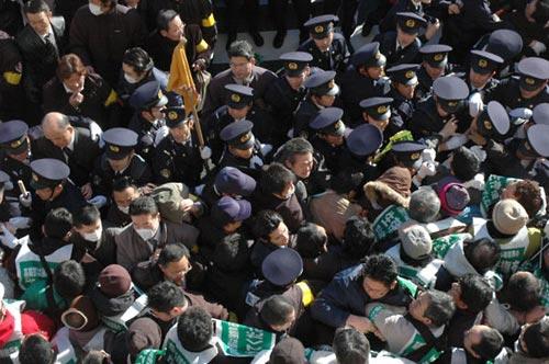 警察隊は怒涛のごとく押し寄せてきた。
