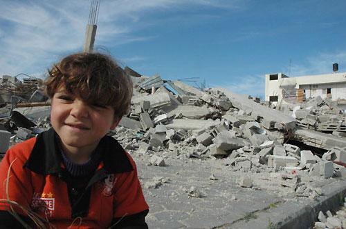 爆撃で我が家を破壊された男の子(ガザ北部の町で、筆者撮影)