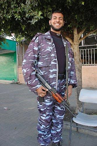 ハマス党員の警察官は屈強な体つきだった(ガザ市繁華街で、筆者撮影)