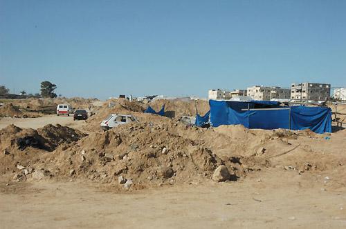 土山の一つ一つがすべてトンネルだ(ガザ最南端のラファで、筆者撮影)