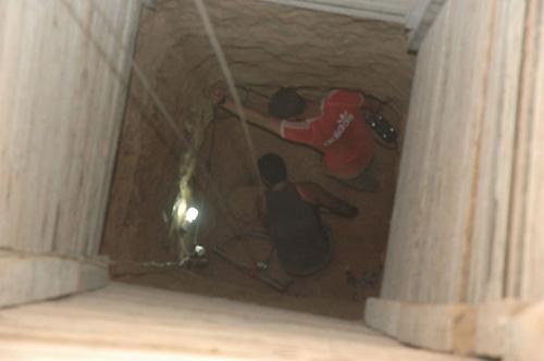 深さ約20mでのトンネル掘削作業(筆者撮影)