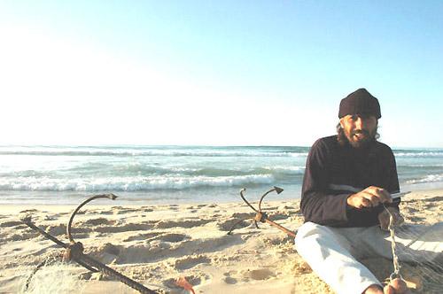 魚網を編むラジブさん(ガザ市海岸で筆者撮影)