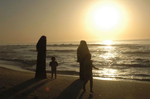 日没前、波打ち際の散歩を楽しむ母と子(撮影:筆者)