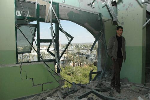 戦車からの砲撃で大きな穴が空いた病室(筆者撮影)