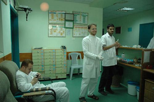アルマドホーンさん(中央)と同僚の看護士(筆者撮影)