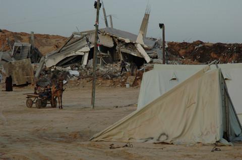 国際赤十字のテントの中には誰一人もいなかった(筆者撮影)