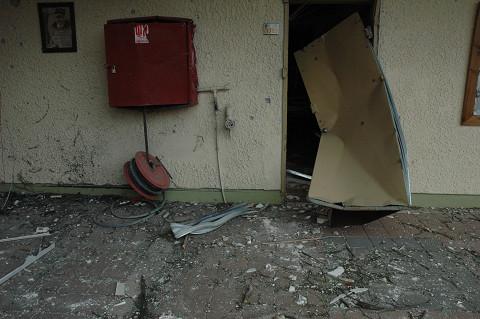 ドアは爆風で飴のように曲がっていた。(アシュケロン市内小学校で・撮影すべて筆者)