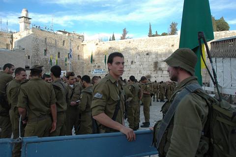 就役宣誓式に臨むイスラエル新兵(「嘆きの壁」前ですべて筆者撮影)