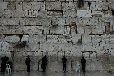 ユダヤ教徒は壁に向かってひたすらに旧約聖書を誦読する。