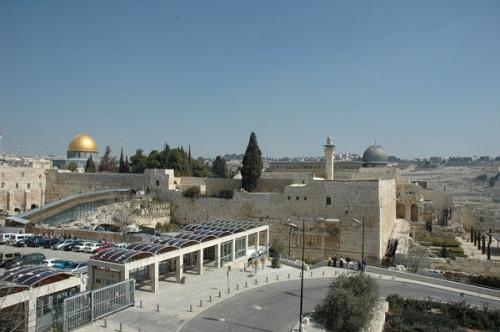 シオンの丘より「嘆きの壁」(林の左下)と「アルアクサ・モスク」(右上)を望む=筆者撮影=