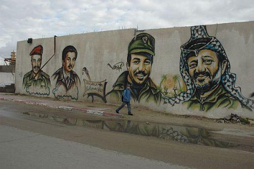 アラファト議長壁画(右端。ガザ市内でいずれも筆者撮影)