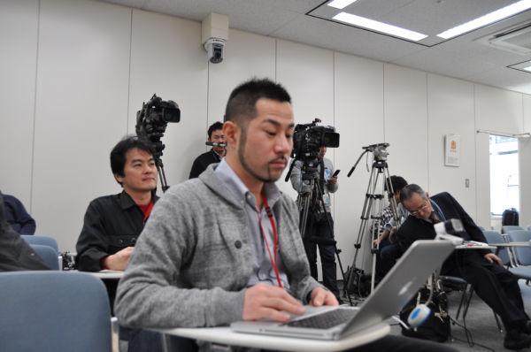 インターネット動画中継のセッティングをする畠山氏。記者クラブによるお手打ちも覚悟のうえだった。(5日、総務省記者会見室。写真:筆者撮影)