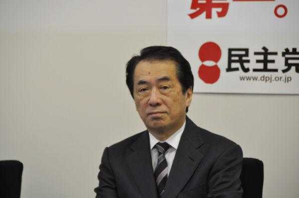 菅首相。首相官邸でフリーが記者席から首相を撮影することはご法度となっています。写真は民主党本部で昨年末、撮影したものです。(筆者撮影)