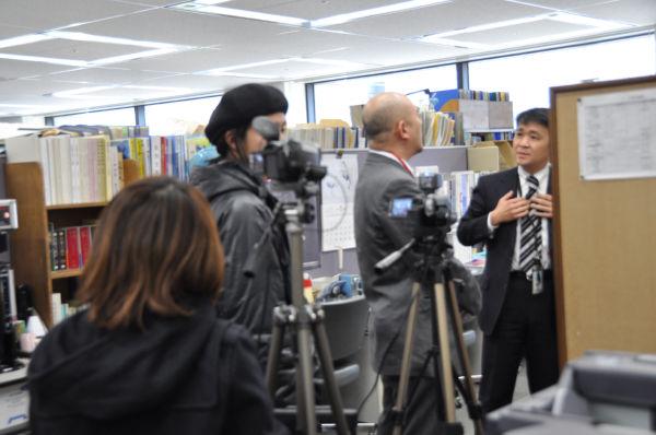 幹事社のテレビ朝日記者(右端)に猛抗議する岩上氏(左隣)。テレビ朝日記者は筆者に幾度も「写すな!」と告げた。(21日、総務省記者クラブ。写真:筆者撮影)