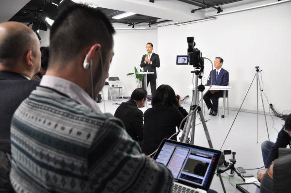 小沢氏記者会見。記者クラブ主催ではないためフリーランスが自由にネット中継... 小沢氏記者会見。