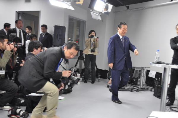 衆院本会議の合間を縫って小沢氏は記者会見に出席した。(27日、原宿ニコ生スタジオ。写真:筆者撮影)
