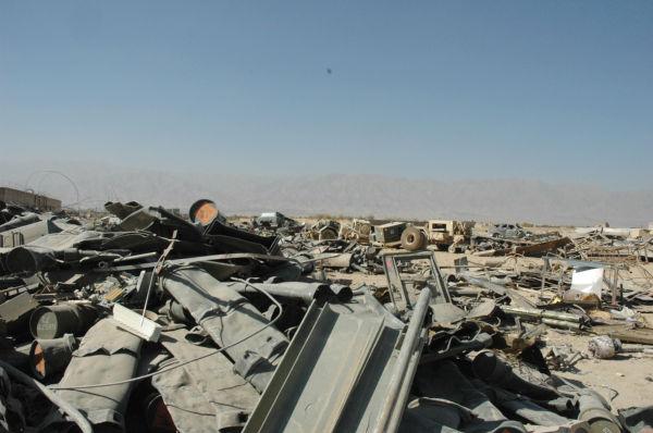 米軍車両の残骸。路肩爆弾で破壊されたと見られる。米軍の苦戦を物語る。(カブール郊外。写真:筆者撮影)