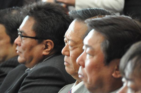 民主党両院議員総会。小沢元代表(中央)は終始目を閉じたままだった。=12日、憲政記念館。写真:筆者撮影=