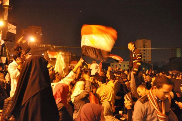 ムバラク大統領が結局は辞任を否定した前夜と違い人々の喜びの声は力強かった。(11日夜、タハリール広場。写真:筆者撮影)