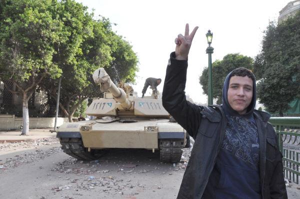 「ムバラク政権打倒派」の人々はカメラを向けると必ずと言ってよいほどVサインをする。(4日、タハリール広場。写真:筆者撮影)