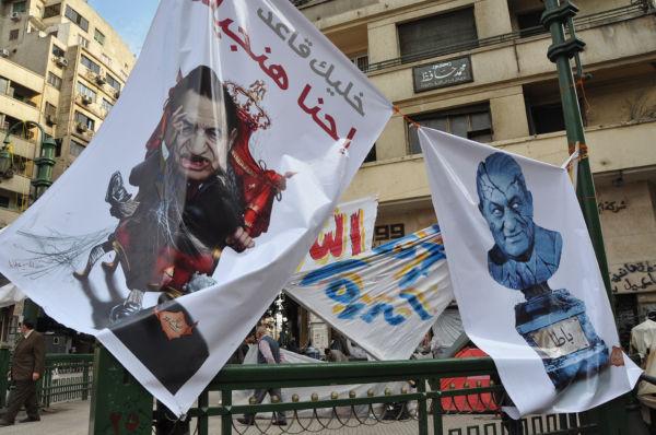 ムバラク大統領を吸血鬼に模した横断幕。国民の生血を啜っているという意味だ。(11日、タハリール広場。写真:筆者撮影)。