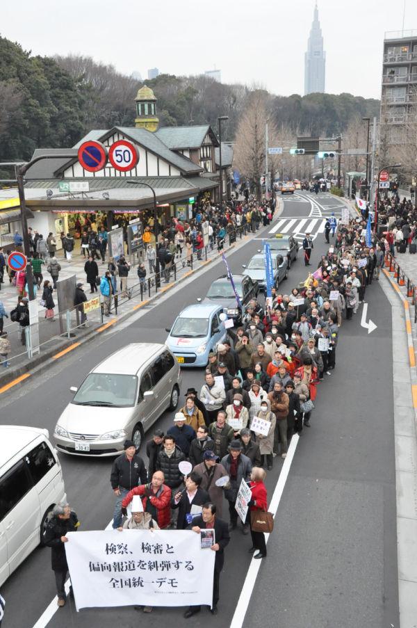 「菅政権は退陣せよ、マスコミに騙されるな」とシュプレヒコールをあげる長蛇の列。(20日、JR原宿駅前。写真:筆者撮影)