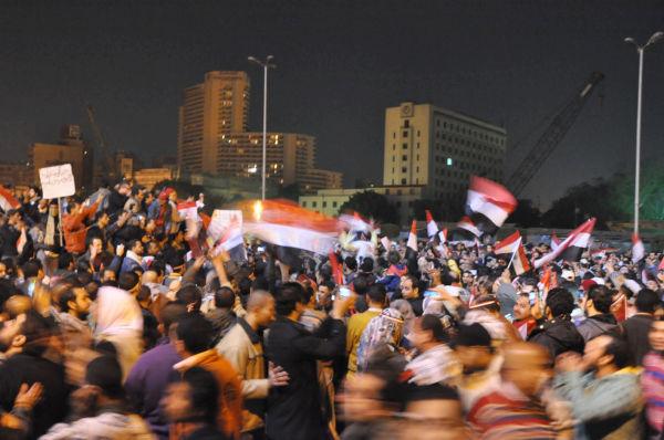 タハリール広場を包んだ歓喜は束の間のものだった。やがて怒りが天を突くようなブーイングが起きた。(10日夜。写真:筆者撮影)