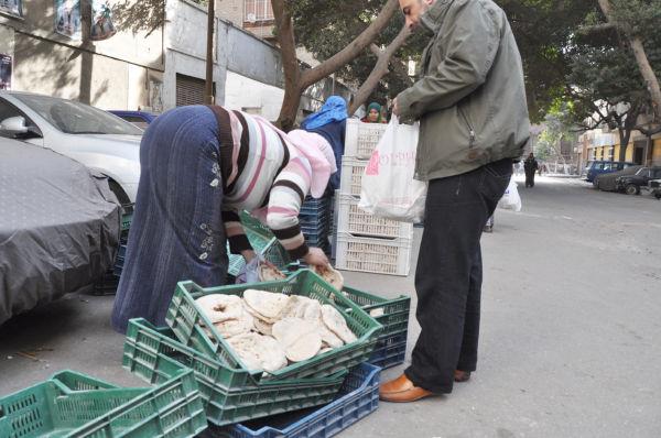 タハリール広場の北側地区。ムバラク支持派の住民が多い。外国人ジャーナリストの多くはここでボコボコにされたり軍に突き出されたりした。(カイロ市内。写真:筆者撮影)。
