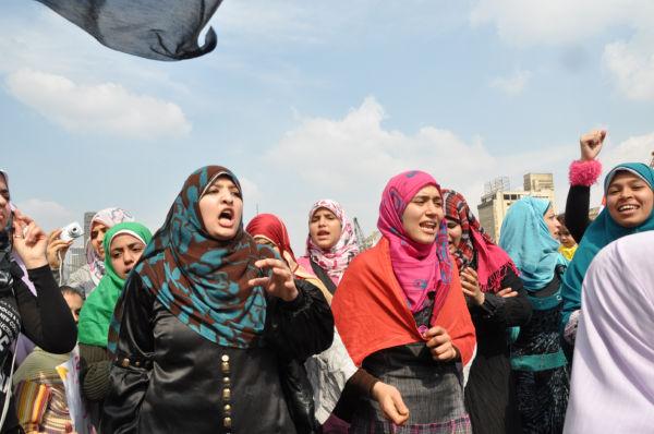 皆様のおかげで行けたエジプト市民革命の写真です。女性たちは「ムバラク出て行け~」と叫んでいました。(2月9日、タハリール広場。写真:筆者撮影)。