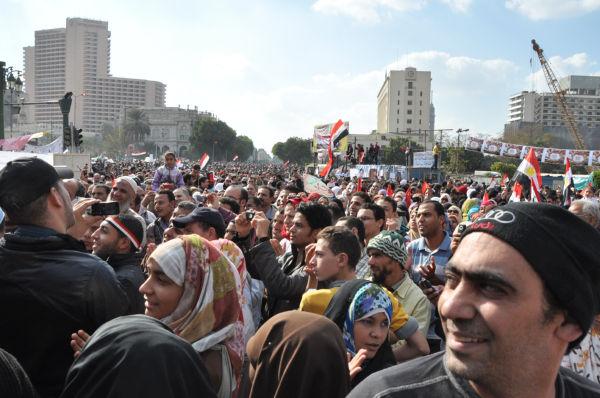 市民革命のエネルギーが弾ける。筆者が投宿するホテルは前方の奥にあるのだが、人で埋め尽くされているため大きく迂回しなくては戻れなかった。(8日午後、タハリール広場。写真:筆者撮影)。